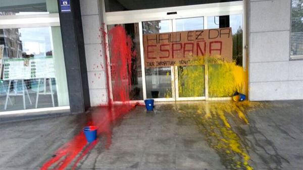 basauri_ayuntamiento_ataque_pintura_dic_2013