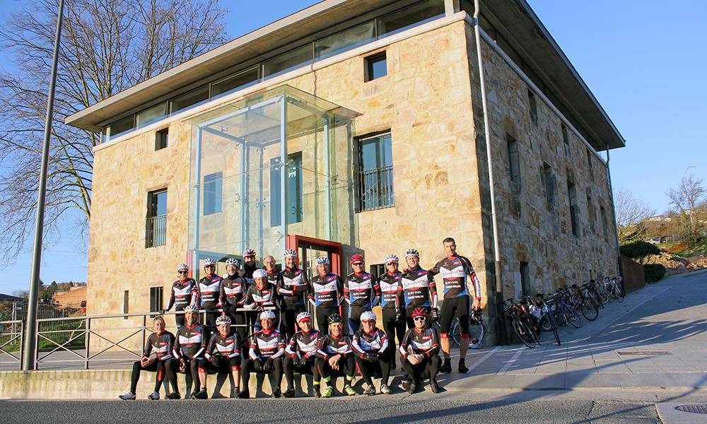 Foto oficial del Club Ciclista Bidebieta del año 2019 en La Taberna Mayor de San Miguel de Basauri